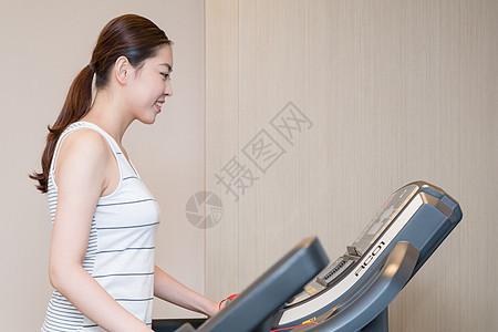 跑步机上跑步的年轻美女图片