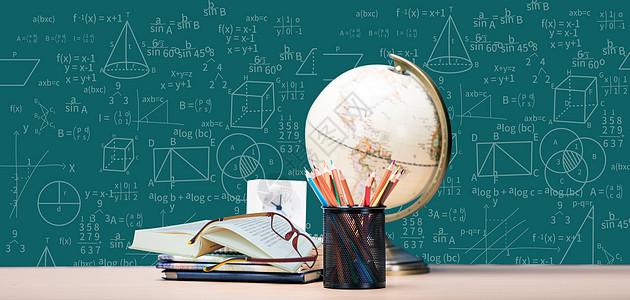 摊开的书本和数学公式图图片