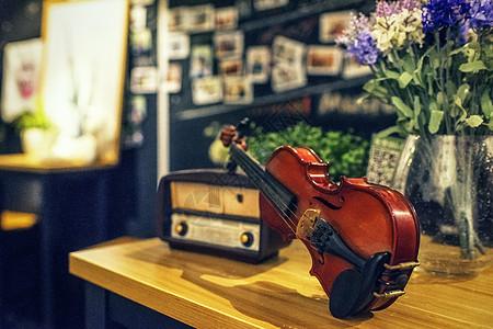 小提琴和古典音响图片