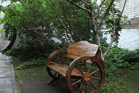 小院里的木椅图片