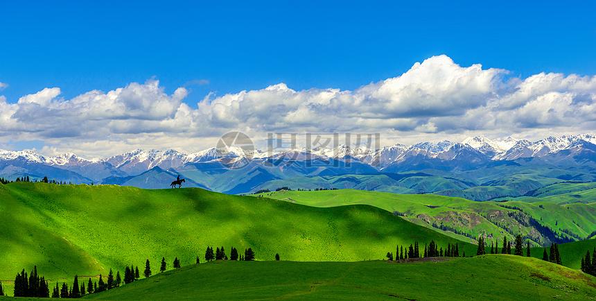骑行于山间图片