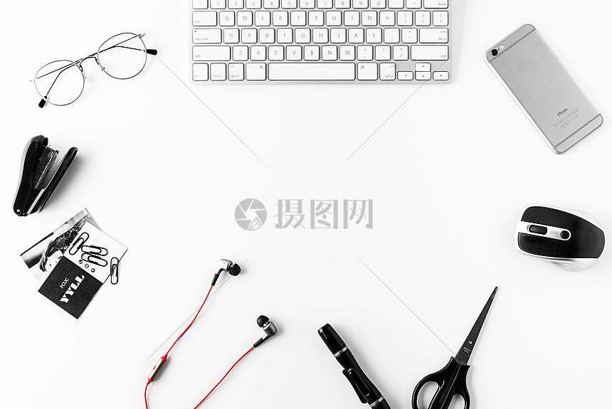 办公桌面办公用品与休闲用品平面组合图图片