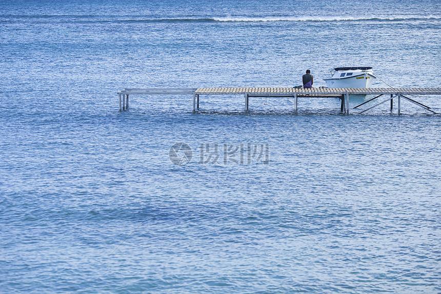 旅行大海和男人背影和船和桥图片