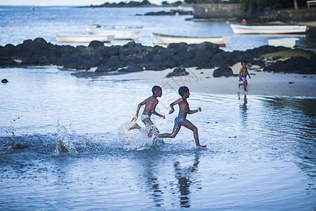 非洲旅行在海边拍到的孩子嬉水奔跑图片