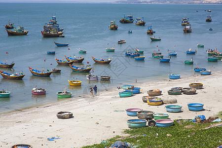 旅行中看到越南海边的渔村和渔船图片