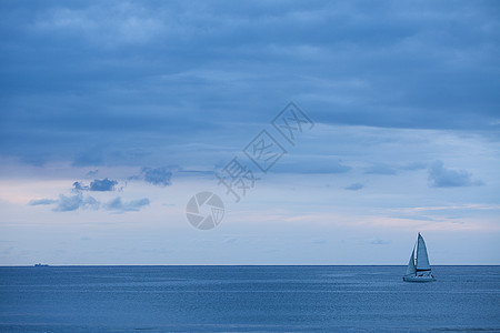 旅行中海上的帆船图片