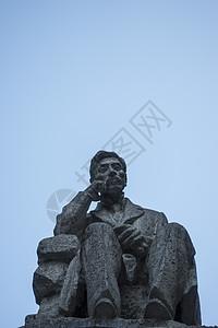 沉思中的男士雕像图片