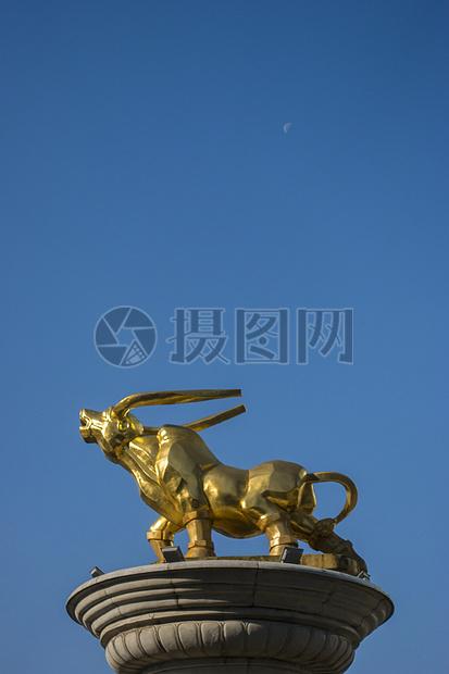 象征兴旺发达的牛雕塑图片