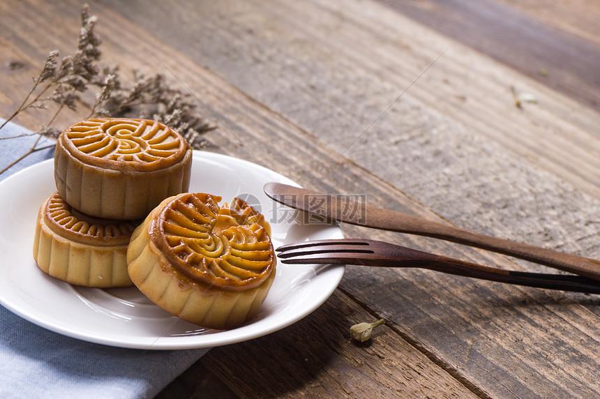 木背景月饼与餐具图片