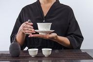 手端茶杯 茶文化图片