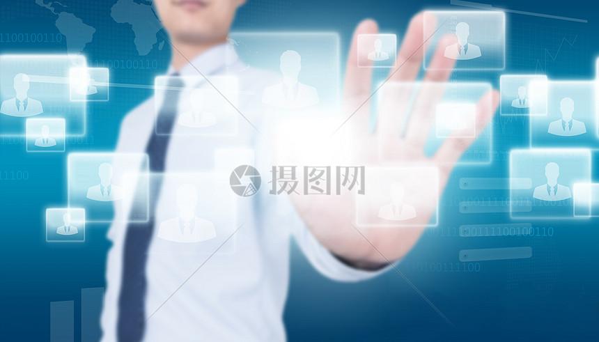触摸虚拟屏幕的商务人士图片