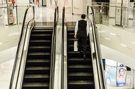 商场男人购物坐扶梯图片