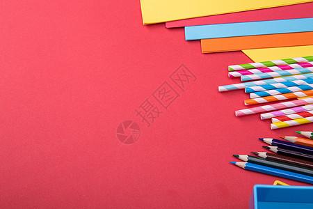 彩色吸管和铅笔加复印纸的桌面摆放图片
