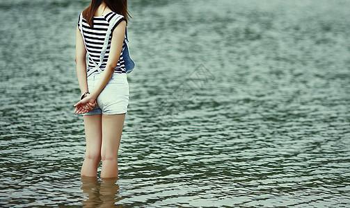 站在水里的女孩意境图图片