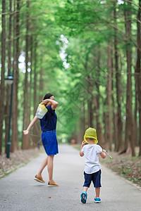 公园里的母子的亲子时光图片