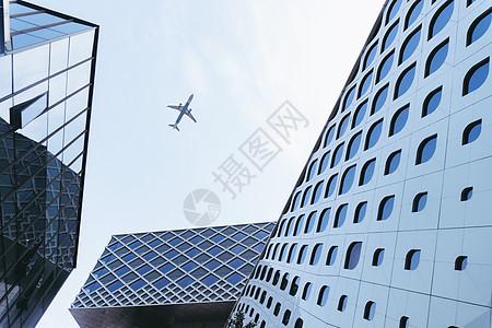 飞机飞过楼宇图片