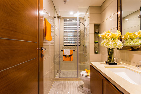 明亮宽敞的卫生间图片