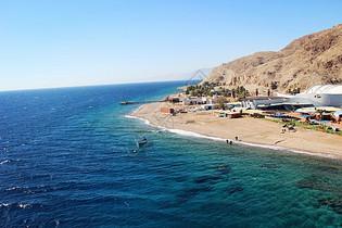 以色列爱特拉的红海一半海水一半火焰图片