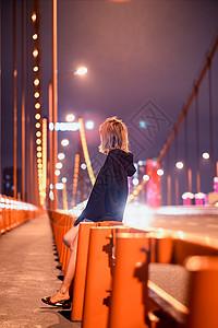 武汉鹦鹉洲长江大桥夜晚的少女图片