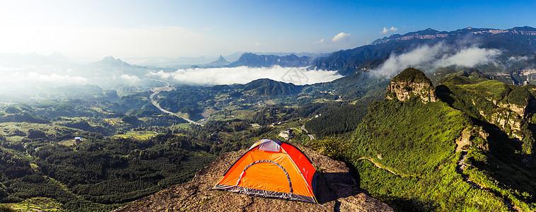 云雾缭绕的群山和帐篷露营图片