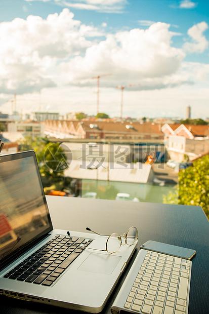 办公室一角及窗外秋高气爽的景致图片