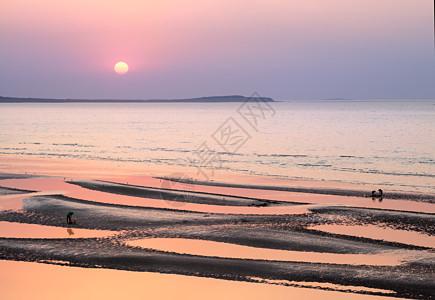 夕阳下的海边美景图片