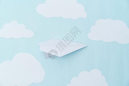 纸飞机和纸云图片