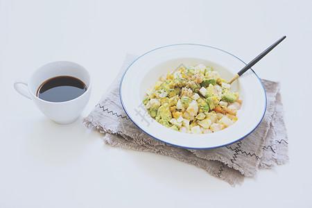 牛油果虾仁鸡蛋咖啡早餐图片