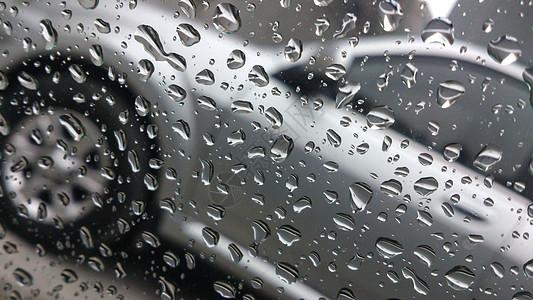 雨天外的汽车图片