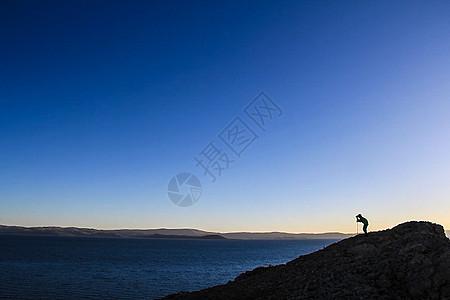 黄昏中的山脉上的摄影家图片