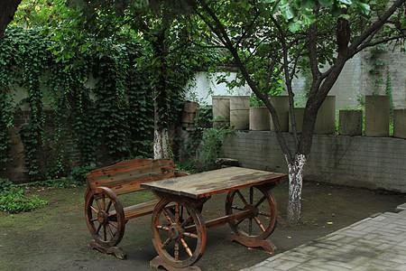 庭院里的木椅图片