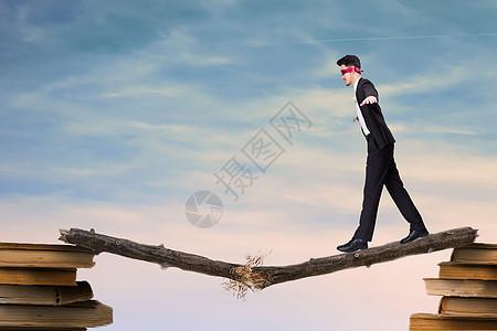 走在断桥上的男士图片