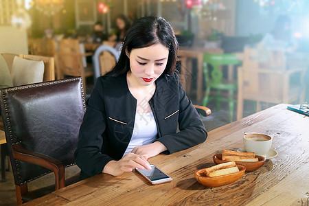 玩手机的商务女性图片