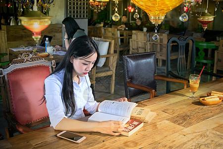 咖啡厅看书的年轻女生图片