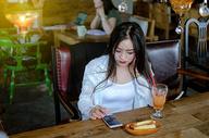 玩手机的年轻女性图片