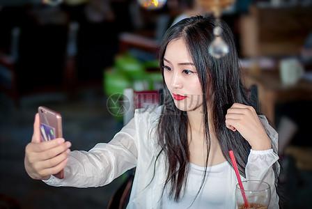 玩自拍的年轻女性图片