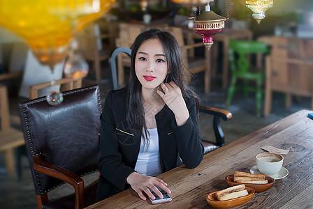 咖啡馆想事的商务女性图片