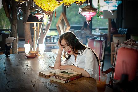 咖啡厅办公的商务女性图片