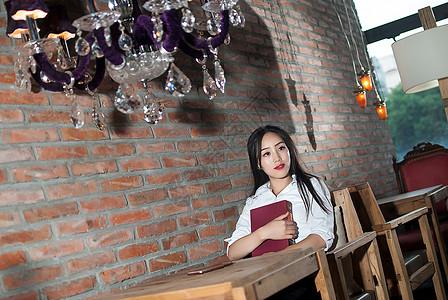 咖啡厅看书的商务女性图片
