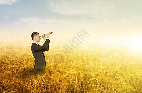 站在秋收田里展望未来图片