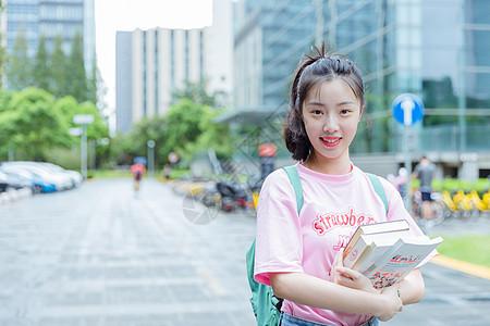 大学校园内女生抱着书本图片