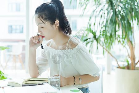 校内咖啡馆女生阅读写作图片