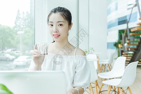 校园咖啡馆女生喝水图片
