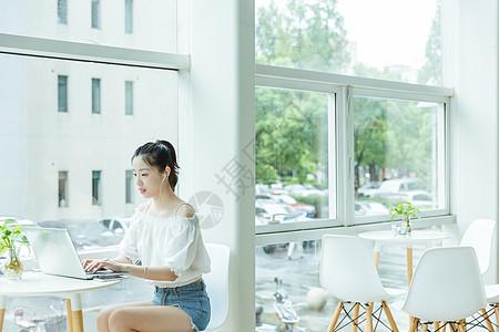 咖啡馆女生用电脑学习图片