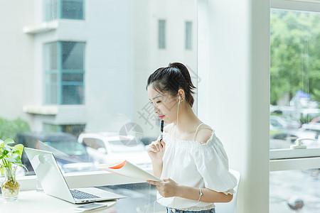 咖啡馆女生学习写作用电脑图片