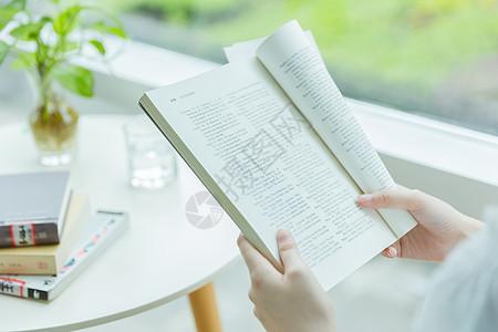 校内咖啡馆看书学习特写图片
