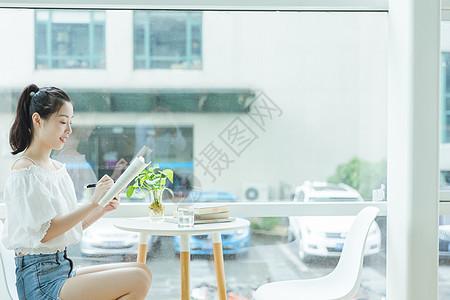 校内咖啡馆大学女生看书学习图片