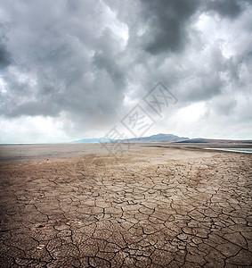 乌云下干裂的戈壁滩图片
