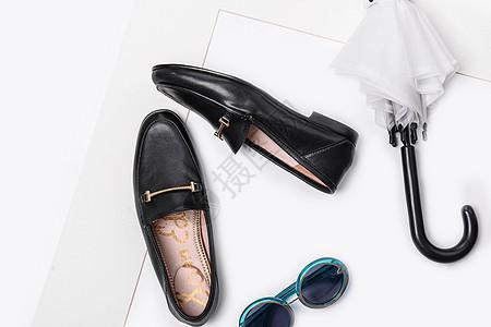 桌面上的鞋子眼镜和雨伞图片