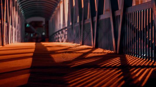 天桥上斑驳的剪影图片